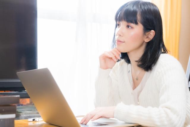 PCを使う女性